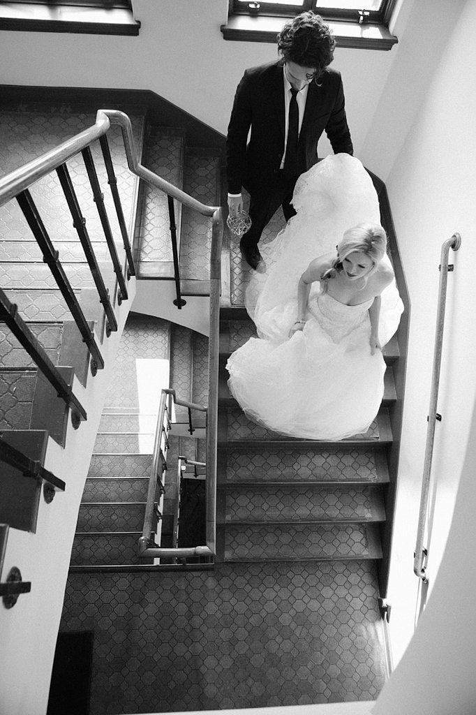 samen op de trap met de trouwjurk