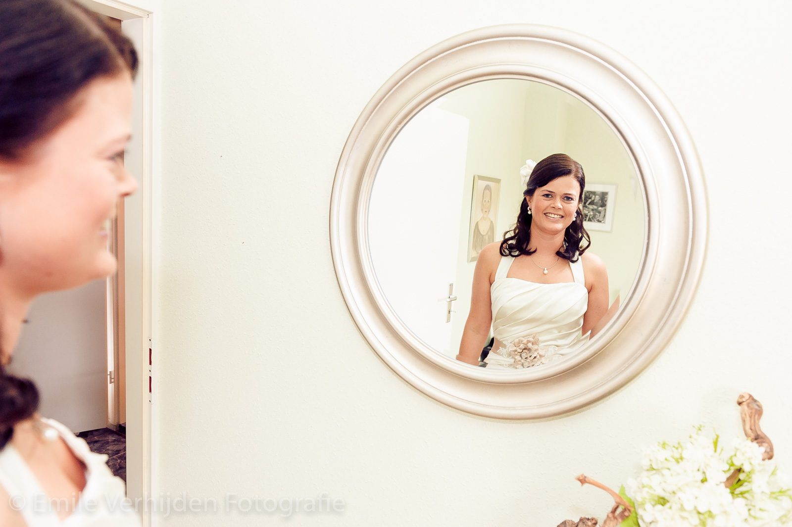 volslanke bruid geniet